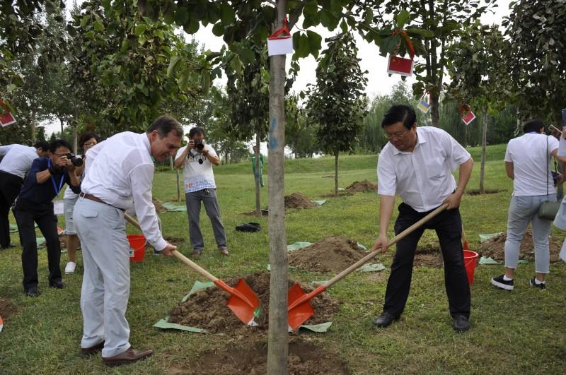 张国栋书记与希腊驻华大使共植友谊林